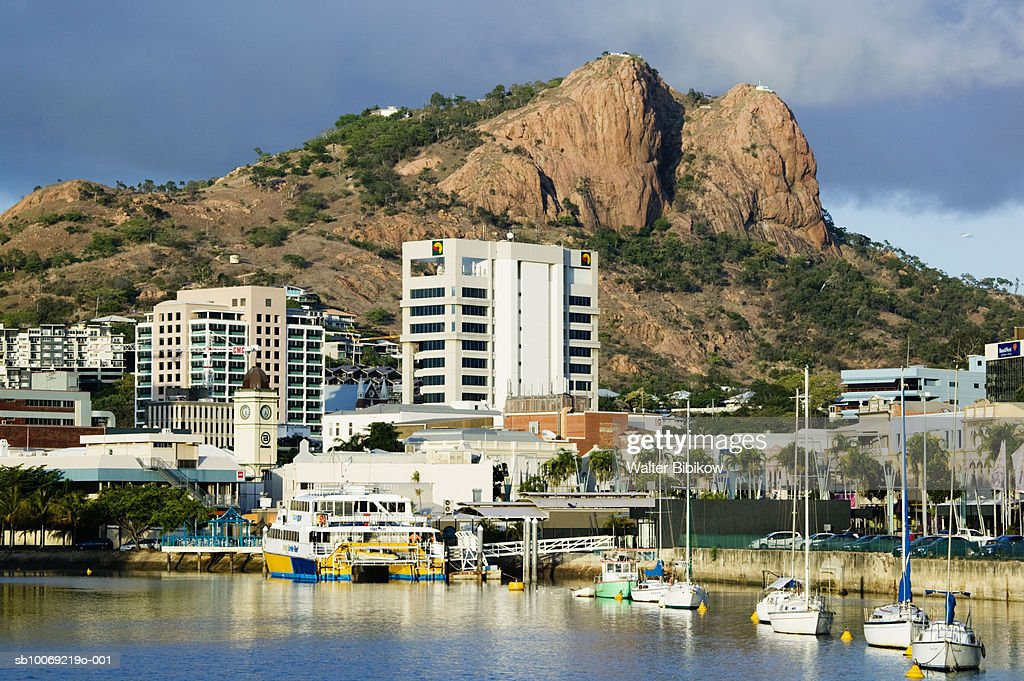 Australia, Queensland, Townsville, Sailboats moored at harbour : Stockfoto