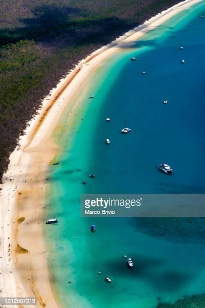 australia. queensland. whitehaven beach aerial view - bras de mer caractéristiques côtières photos et images de collection
