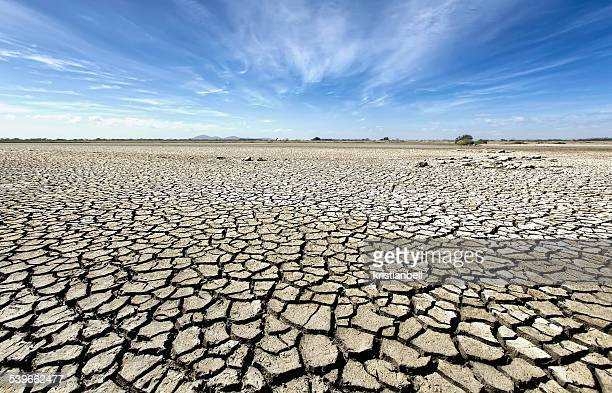 australia, victoria, barren plain with parched soil - sec photos et images de collection