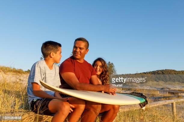オーストラリアのアボリジニの父と子 - マイノリティ ストックフォトと画像