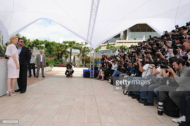 Australian actor Russel Crowe poses with Australian actress Cate Blanchett during the photocall of 'Robin Hood' presented out of competition at the...