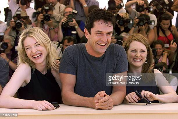 Australian actress Cate Blanchett and Julianne Moore of the US pose with British actor Rupert Everett for photographers in Cannes 23 May 1999 during...