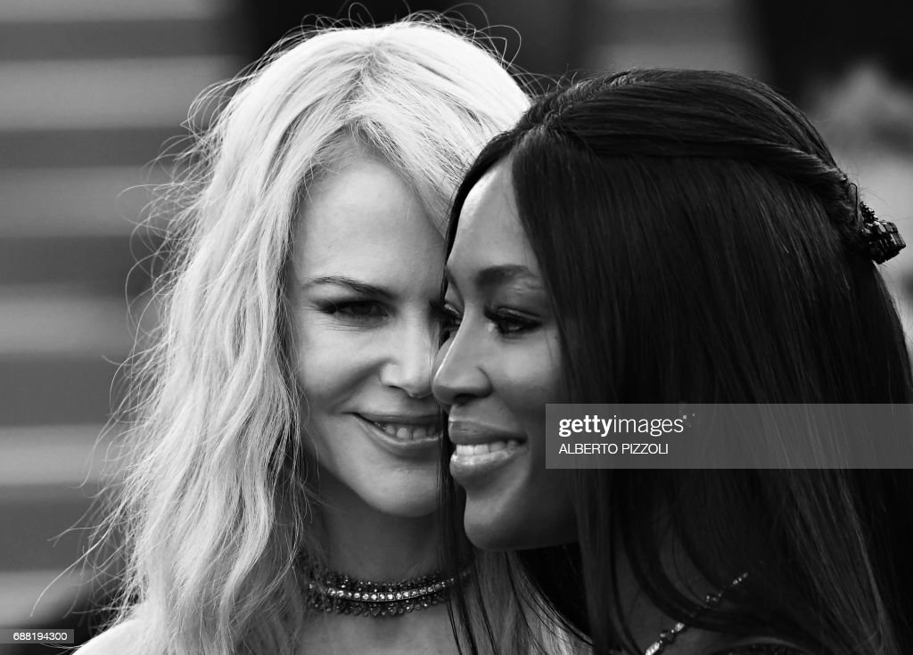 Australian actress Nicole Kidman (L) and British model Naomi Campbell pose as they arrive on May 23, 2017 for the '70th Anniversary' ceremony of the Cannes Film Festival in Cannes, southern France. / AFP PHOTO / Alberto PIZZOLI