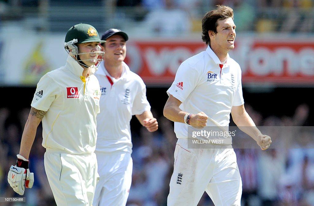 Australian batsman Michael Clarke (L) wa : News Photo