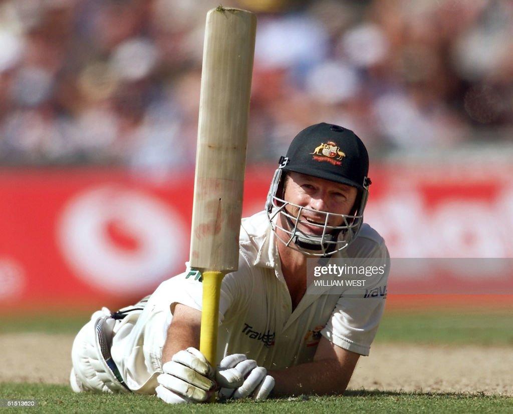 Australian batsman Steve Waugh acknowledges the ap : News Photo