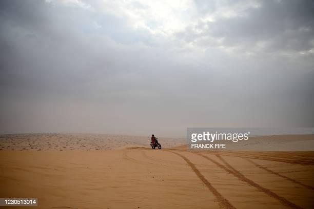 Australian biker Toby Price powers his KTM during stage 7 of the Dakar Rally 2021, between Saudi Arabia's northern cities of Hail and Sakaka, on...