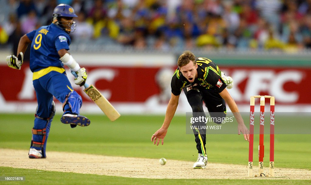 Australian bowler Ben Laughlin (R) attempts a runout as Sri Lankan batsman Jeevan Mendis (L) looks on during their Twenty20 match played at the Melbourne Cricket Ground (MCG), on January 28, 2013. AFP PHOTO/William WEST USE