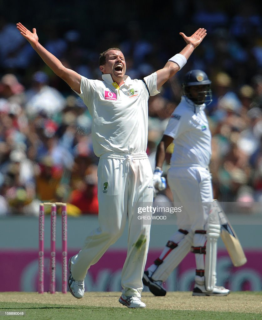 Australian bowler Peter Siddle (C) reacts after dismissing Sri Lankan batsman Thilan Samaraweera (R), on day one of the third cricket Test between Sri Lanka and Australia on January 3, 2013. IMAGE STRICTLY RESTRICTED TO EDITORIAL USE - STRICTLY NO COMMERCIAL USE AFP PHOTO / Greg WOOD