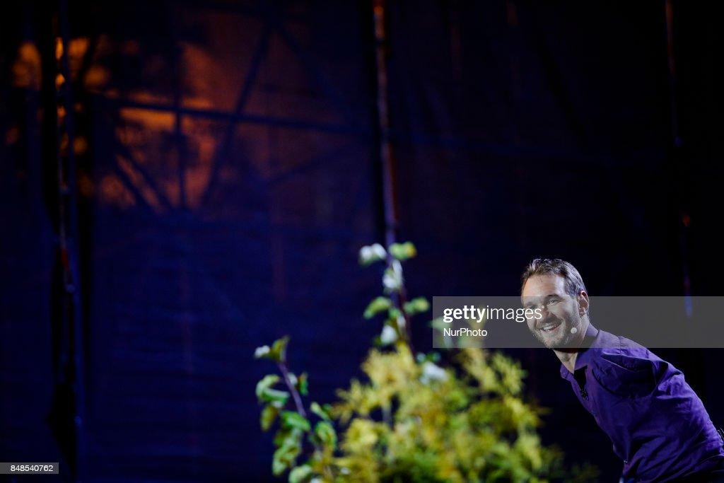 Nick Vujicic performs op-air in Kiev