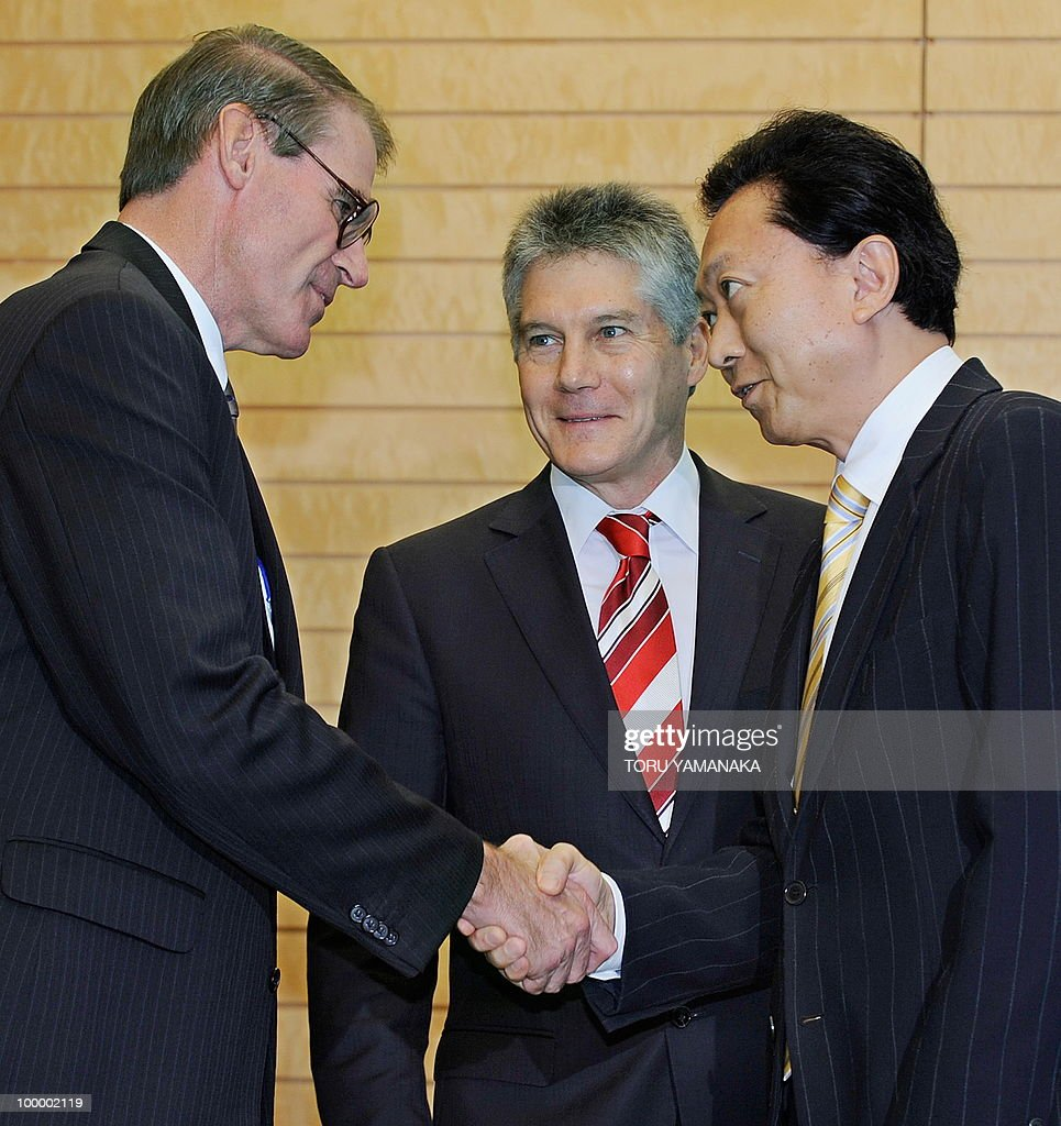Australian Defence Minister John Faulkner (L) and Foreign Minister Srephen Smith (C) are welcomed by Japanese Prime Minister Yukio Hatoyama (R) at Hatoyama's official residence in Tokyo on May 20, 2010. The Australian ministers are here to meet with their Japanese counterparts.