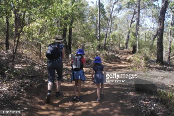 australian family hiking to granite skywalk castle rock in south  western australia - rafael ben ari foto e immagini stock