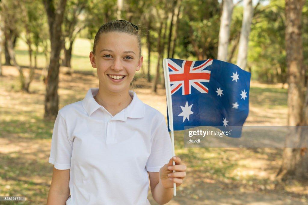 Australische Flagge winken von Junior High School Studentin für Australia Day : Stock-Foto