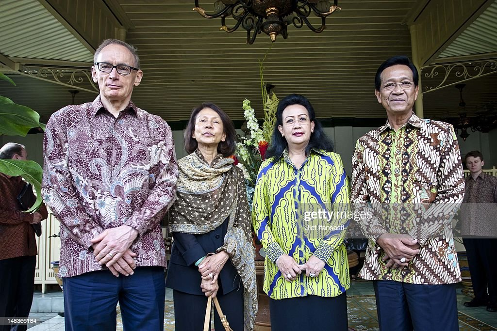 Australian Foreign Minister Bob Carr (L), and wife, Helena Carr, with Gusti Kangjeng Ratu Hemas, and Sri Sultan Hamengkubuwono X, stands at the governor's office during photo session as his visits Indonesia on July 15, 2012 in Yogyakarta, Indonesia. Bob Carr visited Yogyakarta to inspect development projects funded by Australian Aid.