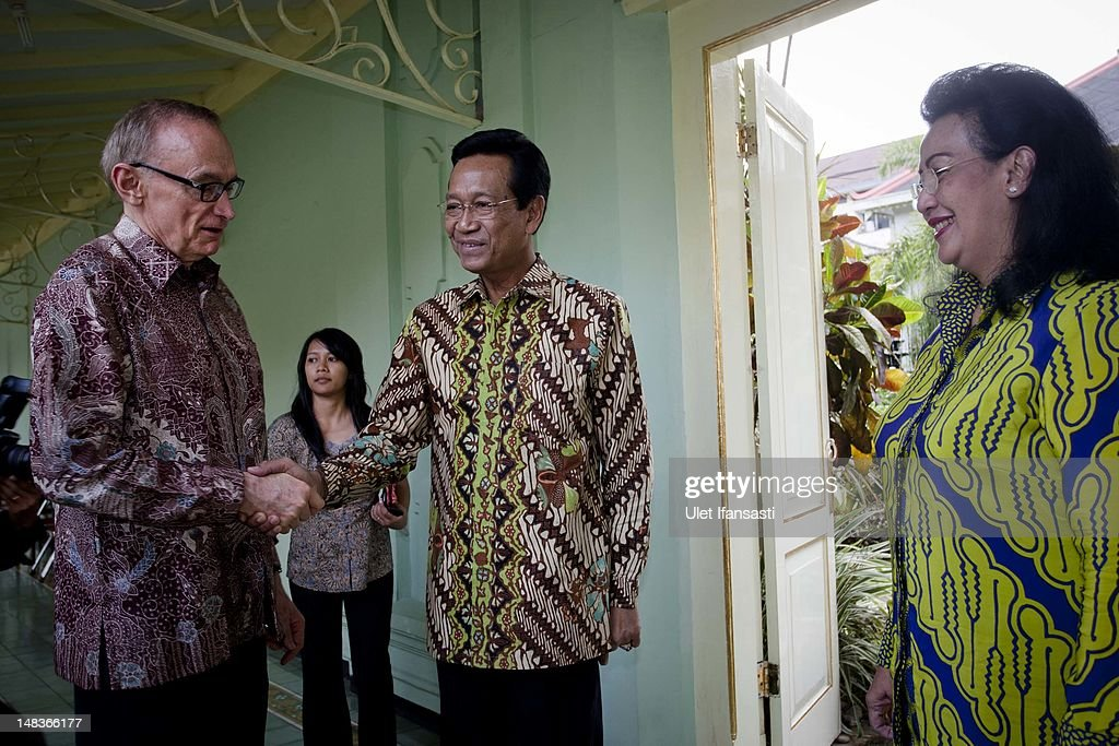 Australian Foreign Minister Bob Carr (L), shake hands with Sri Sultan Hamengkubuwono X at the governor's office during his visits Indonesia on July 15, 2012 in Yogyakarta, Indonesia. Bob Carr visited Yogyakarta to inspect development projects funded by Australian Aid.