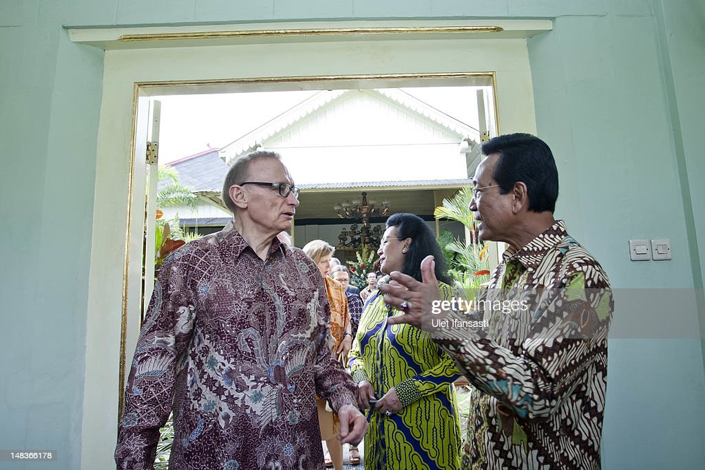 Australian Foreign Minister Bob Carr (L), talks with Sri Sultan Hamengkubuwono X at the governor's office during his visits Indonesia on July 15, 2012 in Yogyakarta, Indonesia. Bob Carr visited Yogyakarta to inspect development projects funded by Australian Aid.