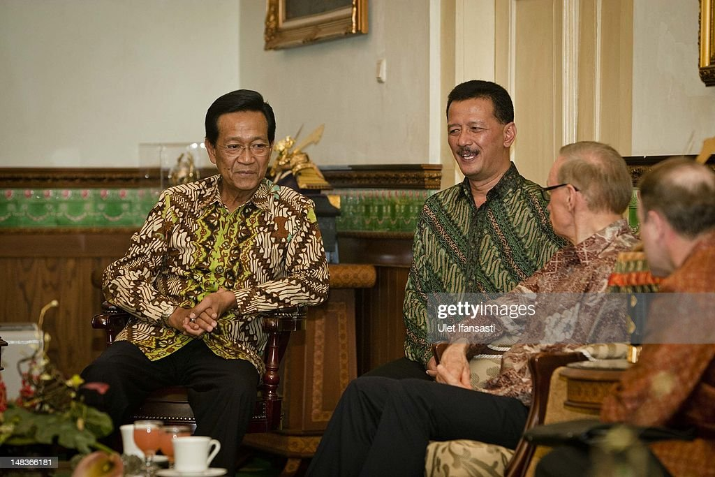 Australian Foreign Minister Bob Carr (R), talks with Sri Sultan Hamengkubuwono X (L), at the governor's office during his visits Indonesia on July 15, 2012 in Yogyakarta, Indonesia. Bob Carr visited Yogyakarta to inspect development projects funded by Australian Aid.