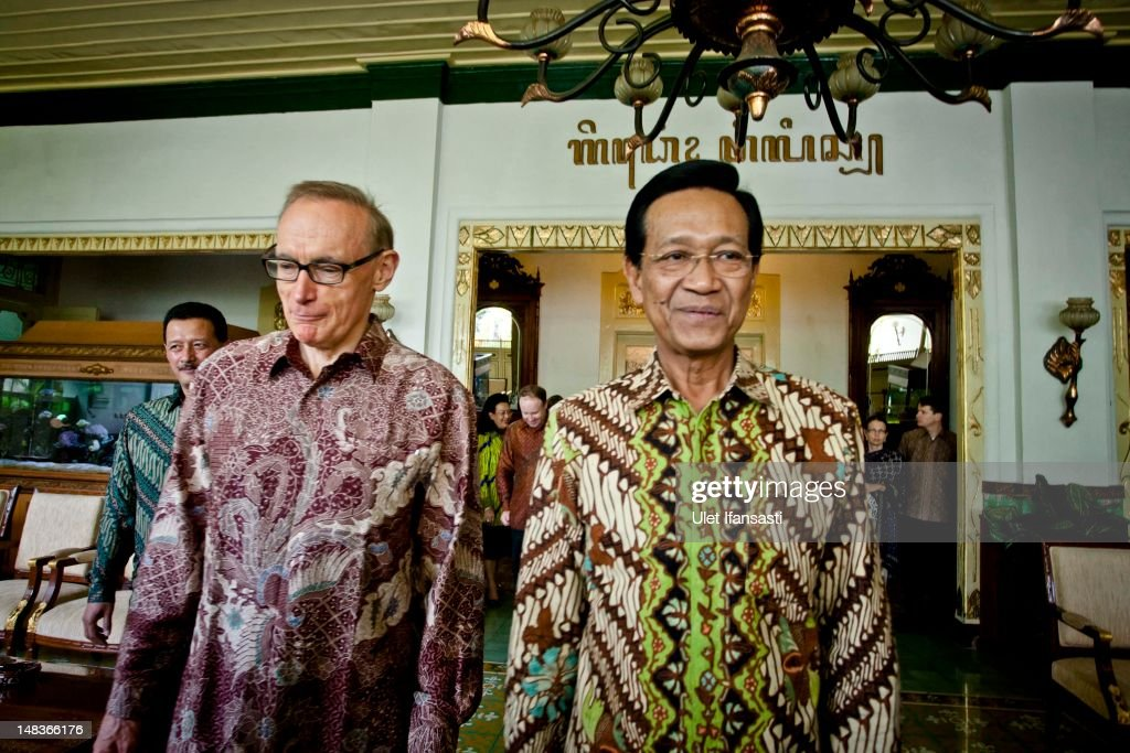 Australian Foreign Minister Bob Carr (L), walks with Sri Sultan Hamengkubuwono X at the governor's office during his visits Indonesia on July 15, 2012 in Yogyakarta, Indonesia. Bob Carr visited Yogyakarta to inspect development projects funded by Australian Aid.