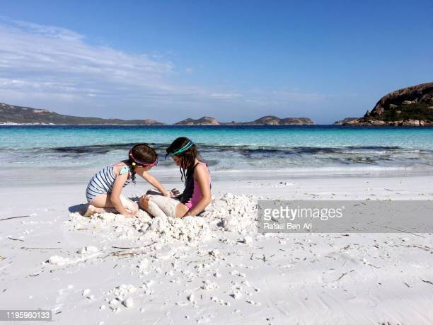 australian girls having fun in lucky bay in cape le grand western australia - rafael ben ari stock-fotos und bilder