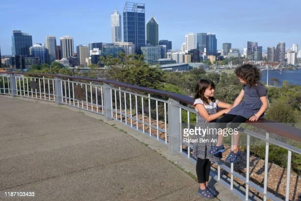 australian girls traveling in perth western australia - rafael ben ari stock-fotos und bilder