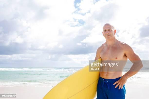 australische volwassen leeftijd man gaan surfen - 40 49 jaar stockfoto's en -beelden
