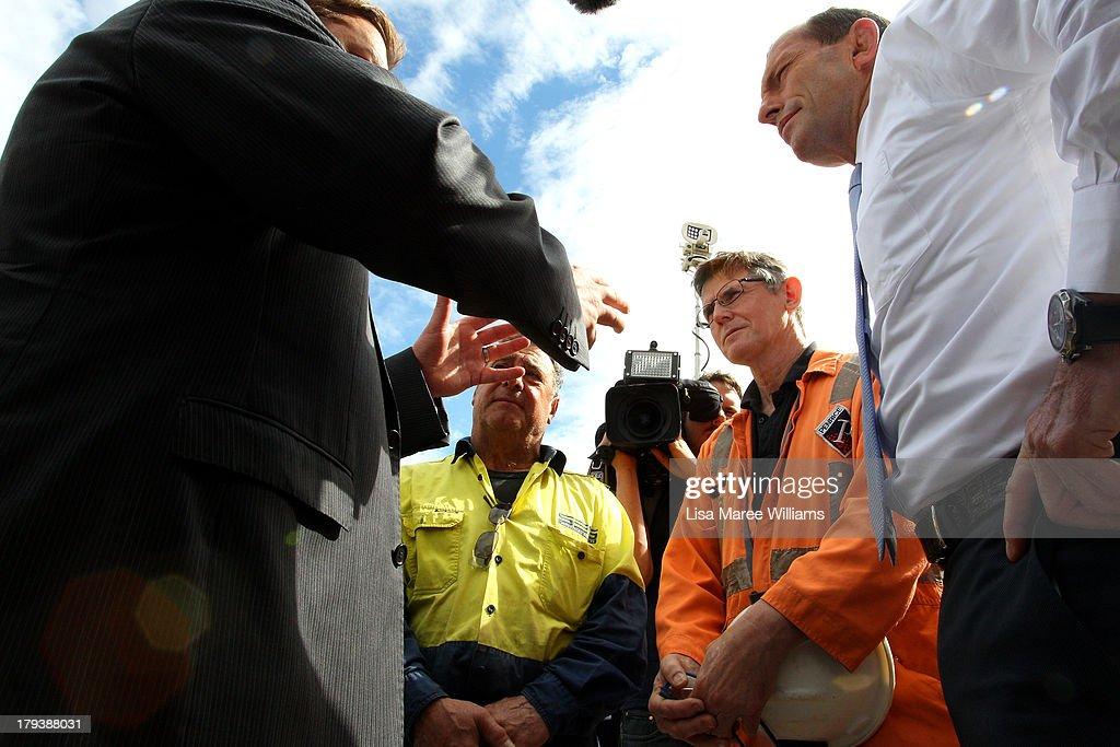 Tony Abbott Visits Adelaide As Marginal Seats Threatened : Nachrichtenfoto