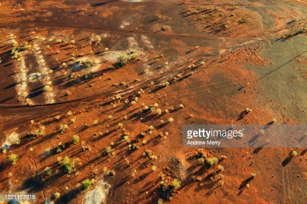 australian outback desert landscape with red earth and dirt roads, opal mining town, white cliffs - acidente em mina - fotografias e filmes do acervo