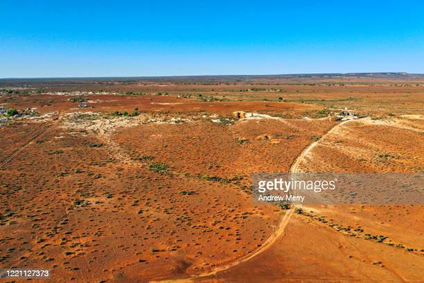 australian outback desert landscape with red earth and dirt roads, opal mining town, white cliffs - new south wales stock pictures, royalty-free photos & images