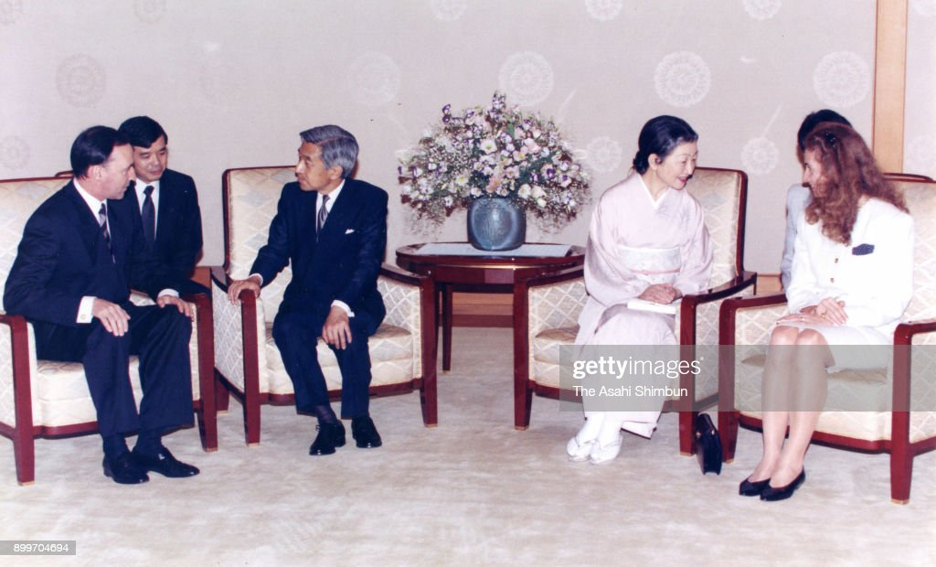 Australian Prime Minister Paul Keating and his wife Annita van Iersel talk with Emperor Akihito and Empress Michiko during their meeting at the Imperial Palace on September 22, 1992 in Tokyo, Japan.