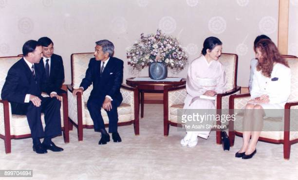 Australian Prime Minister Paul Keating and his wife Annita van Iersel talk with Emperor Akihito and Empress Michiko during their meeting at the...