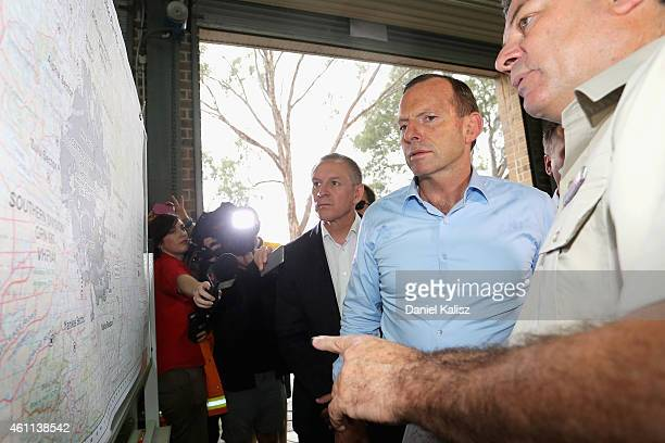 Australian Prime Minister Tony Abbott chats with South Australia Premier Jay Weatherill and a Country Fire Service volunteer on January 8 2015 in...