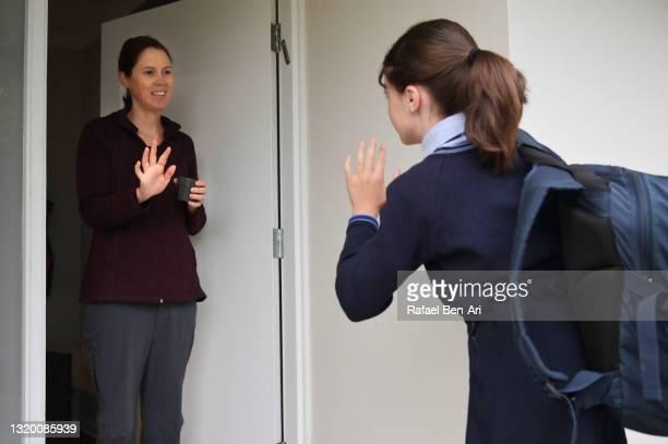 australian school girl and mother say goodbye as girl leaves for school - rafael ben ari 個照片及圖片檔
