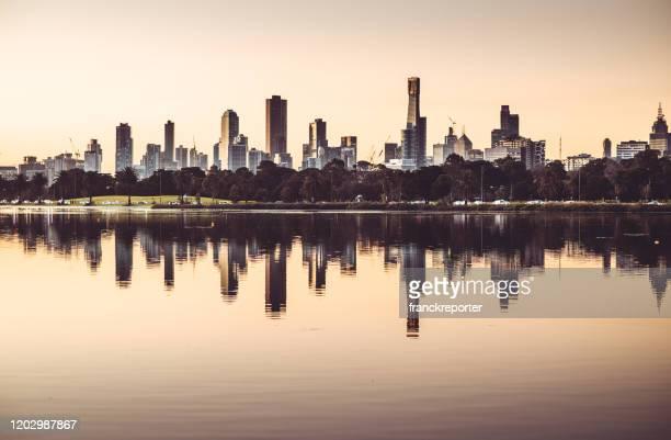 オーストラリアのメルボルンのスカイライン - ヤラ川 ストックフォトと画像