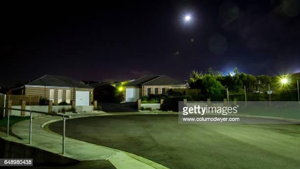 australian suburbs at night - vorort wohnsiedlung stock-fotos und bilder