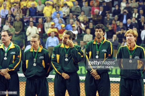 Australian tennis finalists stand with their medals after losing the Davis Cup against Spain in Barcelona 10 december 2000 coach John Newcombe...