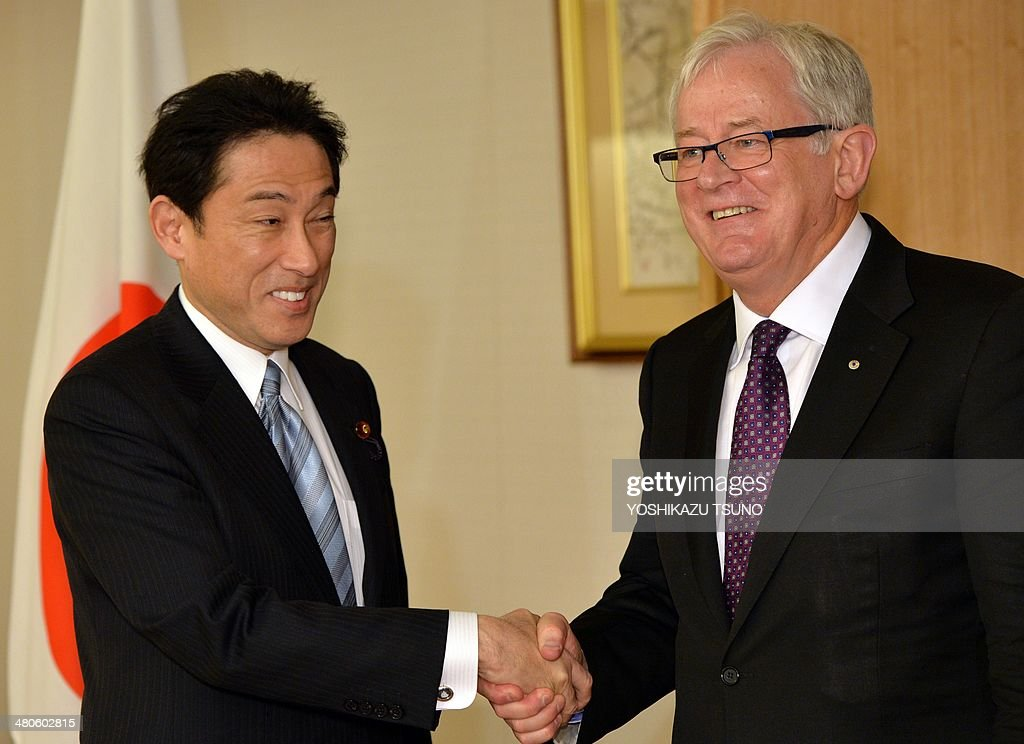 Australian Trade Minister Andrew Robb (R) shakes hands with Japanese Foreign Minister Fumio Kishida prior to their talks at Kishida's office in Tokyo on March 26, 2014. Japan and Australia held ministerial free trade talks as they strive to seal a pact in time to announce a deal at next month's summit meeting. AFP PHOTO / Yoshikazu TSUNO