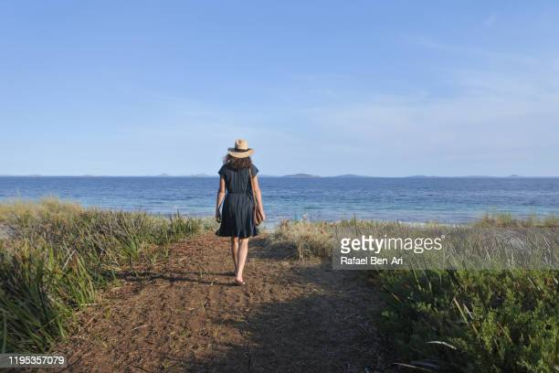 australian woman travel to esperance great ocean drive - rafael ben ari stockfoto's en -beelden