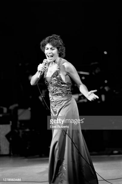Australian-American singer and actress, Helen Reddy , performing at the Westchester Theatre in White Plains, New York, 3rd May 1977.