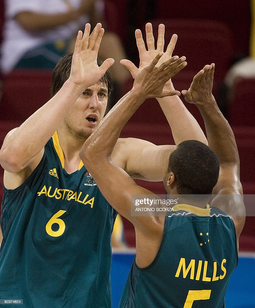Australia's Andrew Bogut (L) celebrates : News Photo