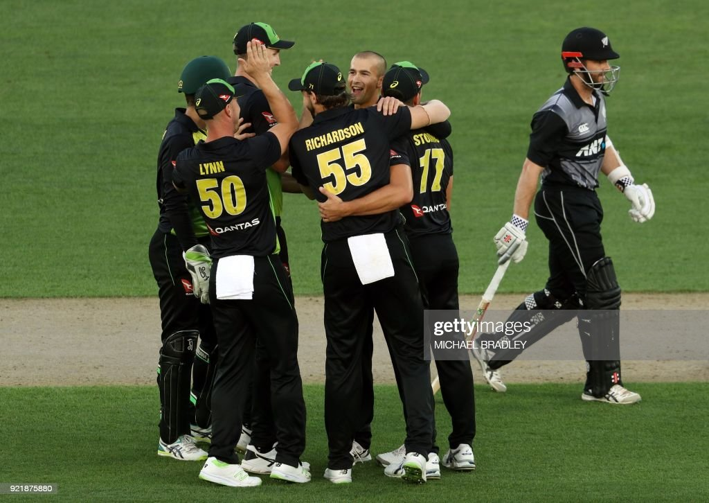 Australia's Ashton Agar (C) celebrates with teammates after taking the wicket of New Zealand's Kane Williamson (R) during the final Twenty20 Tri Series international cricket match between New Zealand and Australia at Eden Park in Auckland on February 21, 2018. /