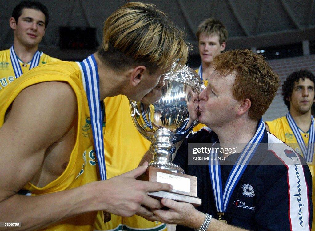 Australia's coach Robert Beveridge (R) k : News Photo