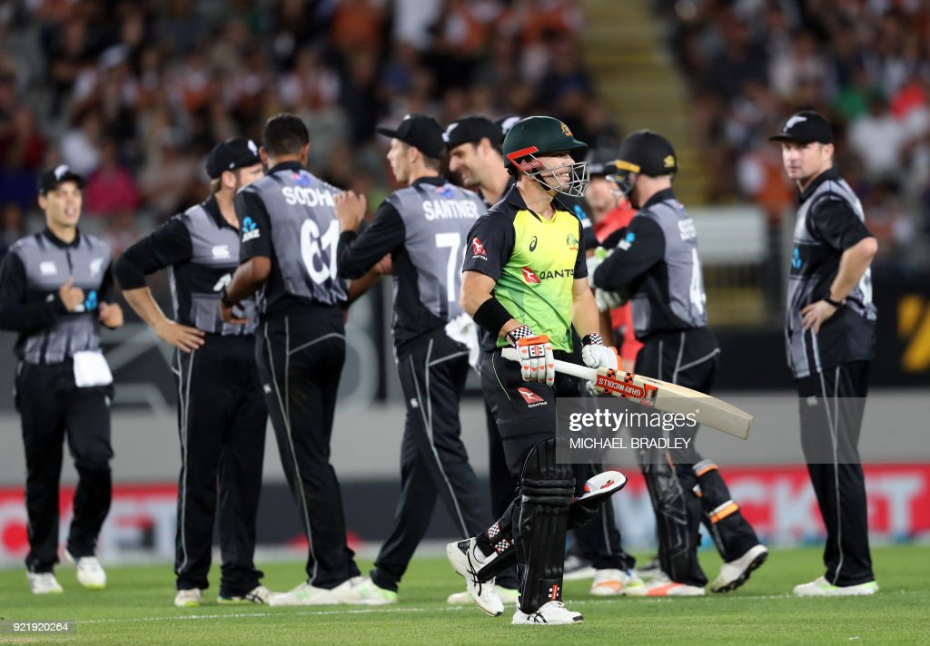 Australia's David Warner (C) walks off after being dismissed during the final Twenty20 Tri Series international cricket match between New Zealand and Australia at Eden Park in Auckland on February 21, 2018. /