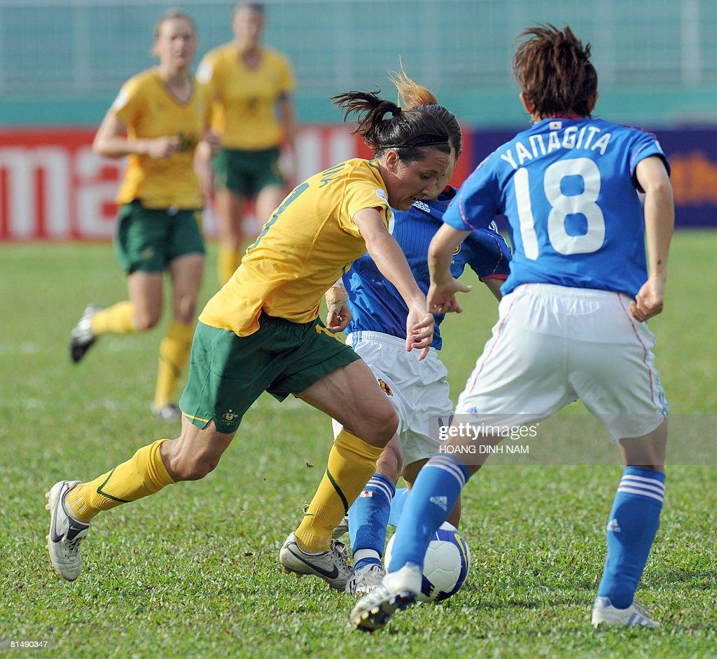 Australia's forward Lisa de Vanna (L) tr : News Photo