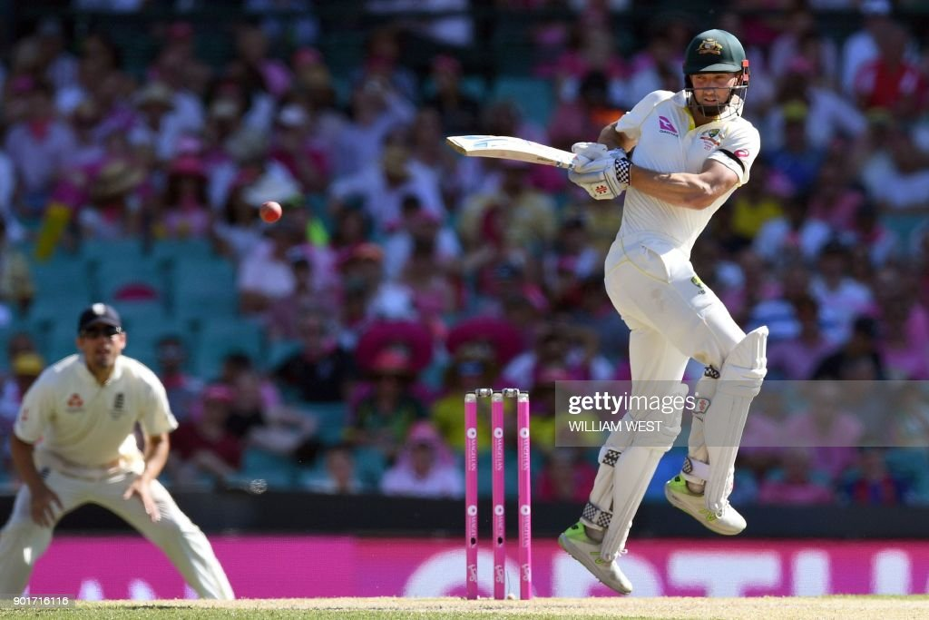 Australia's Shaun Marsh hooks a delivery from the England bowling on the third day of the fifth Ashes cricket Test match at the SCG in Sydney on January 6, 2018. / AFP PHOTO / William WEST / -- IMAGE