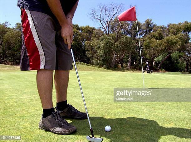 Australien Victoria Anglesea Golfer beim Einputten auf einem Golfplatz