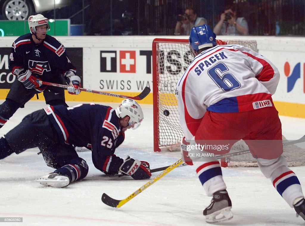 Czech Jaroslav Spacek (R) scores against : News Photo
