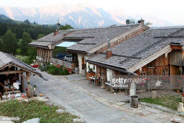 Austria Oesterreich Leogang Bergdorf Priesteregg Almhuette Chalet mit Aussicht auf die Berge