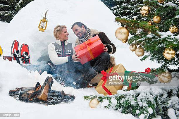 austria, salzburg county, couple celebrating christmas in nature, smiling - dan peak fotografías e imágenes de stock