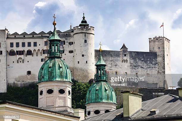 austria, salzburg, festung hohensalzburg, view of salzburg cathedral with hohensalzburg castle in background - salzburg stock-fotos und bilder