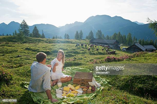 austria, salzburg state, altenmarkt-zauchensee, couple having a picnic on alpine meadow - picknick stock-fotos und bilder