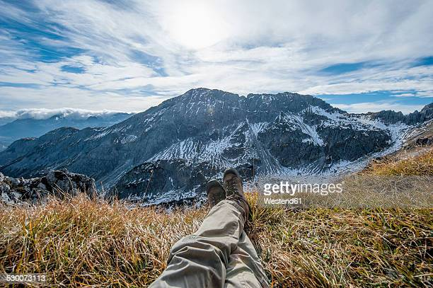 austria, salzburg state, altenmarkt-zauchensee, man's legs in front of snow-capped cirque - subjektive kamera ungewöhnliche ansicht stock-fotos und bilder